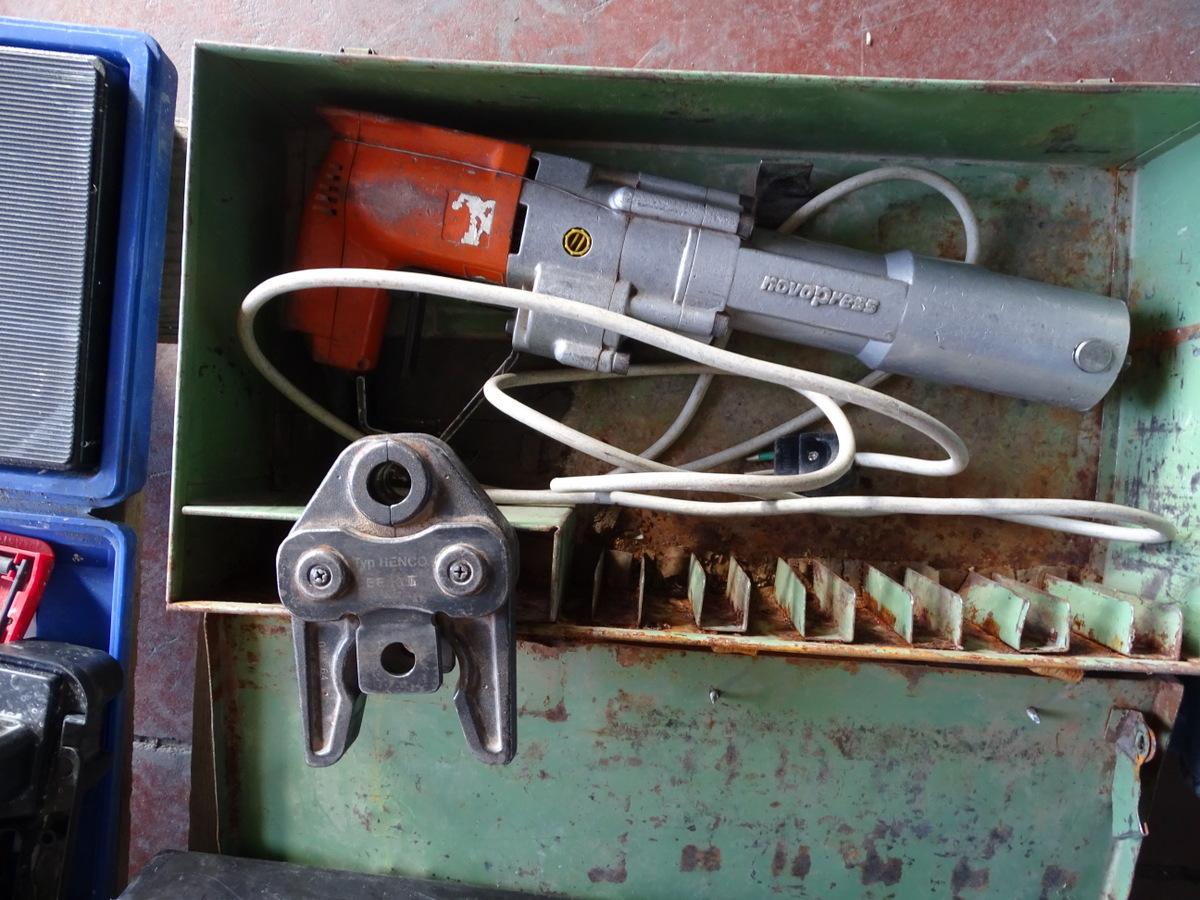 Pinza elettrica per pressare tubi